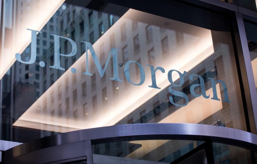 JPMorgan-glass-sign-Bloomberg-News.jpg