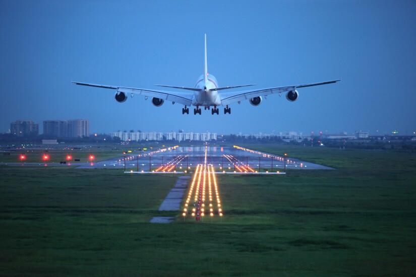 airplane-landing-44944259-adobe