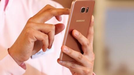 Smartphone.texting.bloomberg.jpg